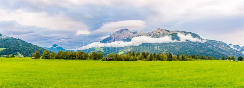 Panoramasicht auf die Landschaft von Saalfelden am Steinernen Meer in Österreich lizenzfreies stockfoto
