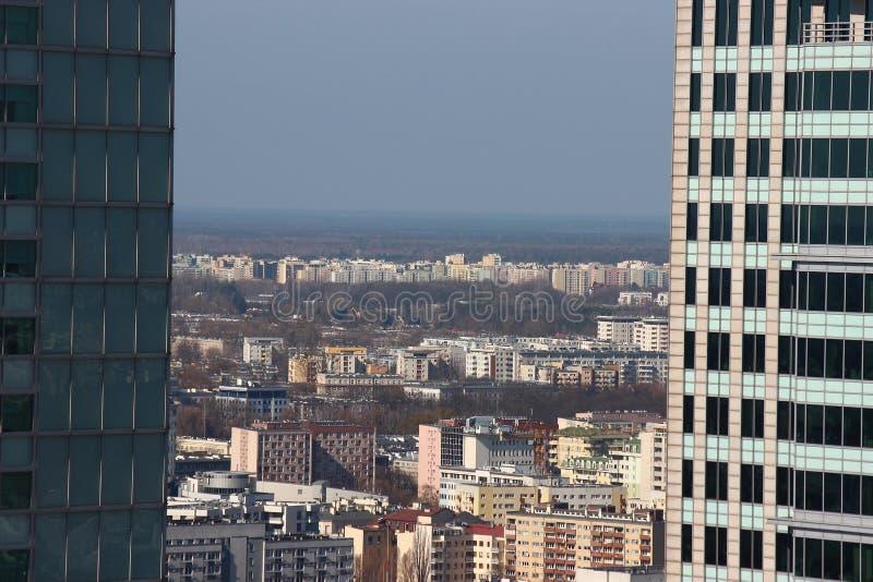 Panoramasicht der Stadt an einem sonnigen Tag modern und Altbauten der Großstadt Aufbauen zur Horizontlinie stockfotografie