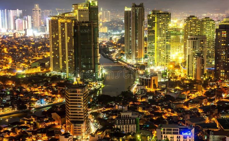 Panoramasikt över horisonten av Makati, Manila på natten royaltyfri foto