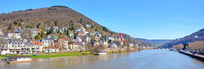 Panoramasikt över Neckar River med gamla historiska byggnader och Odenwald bergskedja över Heidelberg i Tyskland arkivfoto