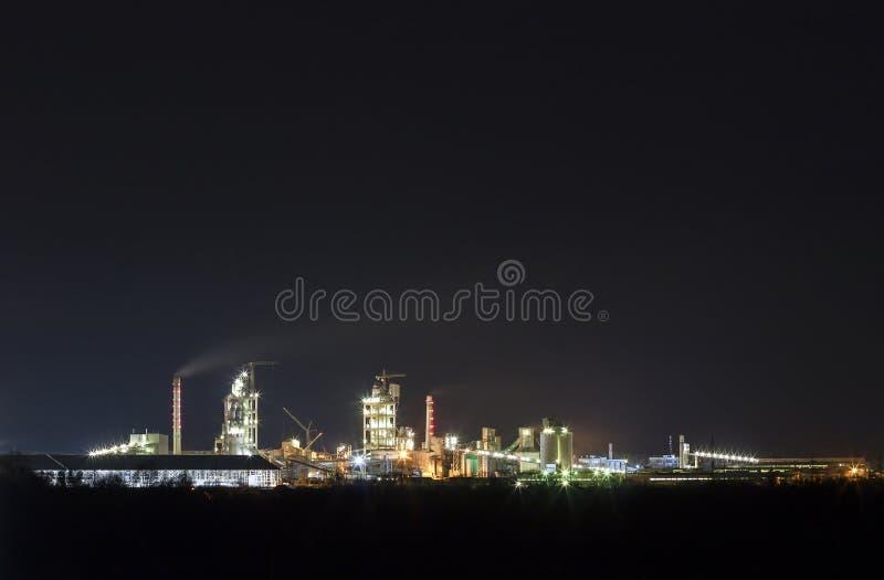Panoramasikt av cementväxten och maktsationen på natten i Ivano royaltyfri foto