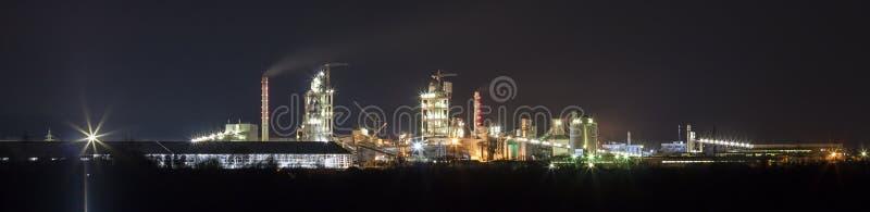Panoramasikt av cementväxten och maktsationen på natten i Ivano royaltyfria bilder