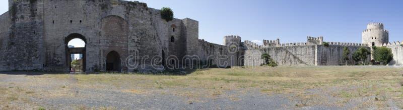 Panoramasikt av den bysantinska fästning-arresten av Yedikule i Istanbul fotografering för bildbyråer