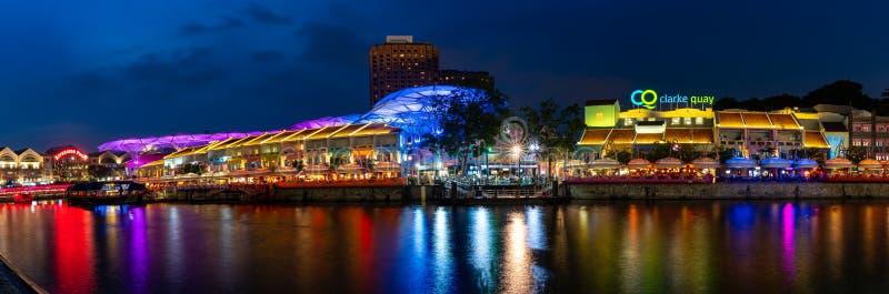 Panoramasikt av den Clarke Quay flodstranden på natten i Singapore strandhorisont Clarke Quay är den populära dragningen för hand arkivbilder