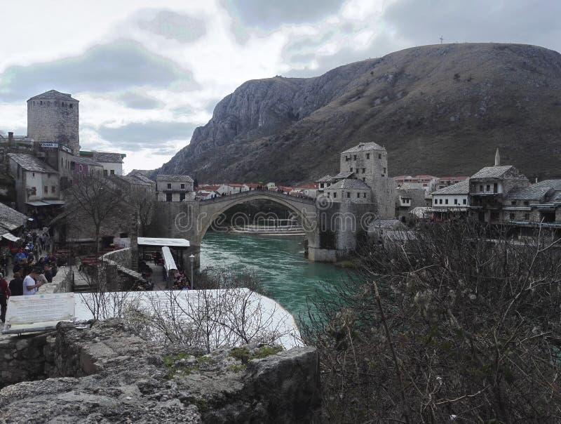 Panoramasikt av den gamla staden av Mostar, gammal bro i bakgrund, Bosnien ett Hercegovina arkivbilder