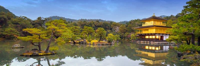 Panoramasikt av den Kinkakuji templet templet av den guld- paviljongen royaltyfria bilder
