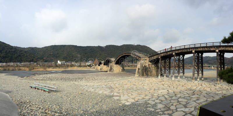 Panoramasikt av den Kintaikyo Kintai bron, Iwakuni, Yamaguchi, Japan royaltyfria bilder