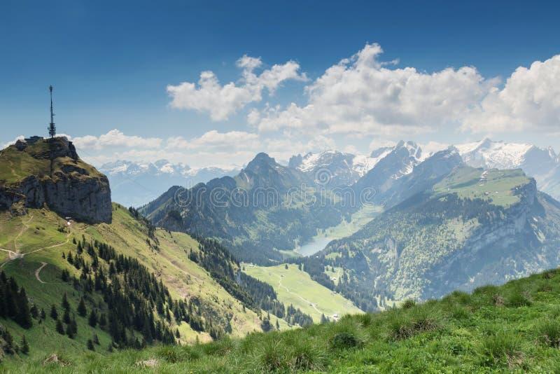 Panoramasikt av det Alpstein berget med sjön av Ebenalp Appenze fotografering för bildbyråer