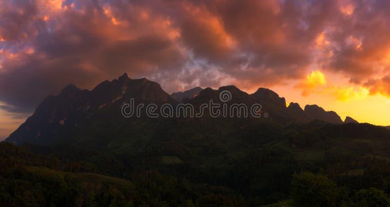 Panoramasikt av det Doi Luang Chiang Dao berget under solnedgång royaltyfria bilder