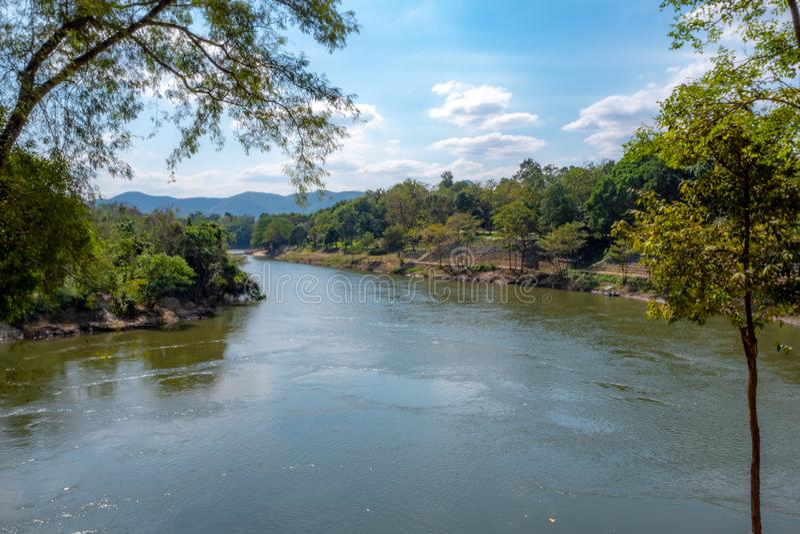 Panoramasikt av floden med gröna träd och blå himmel arkivbilder