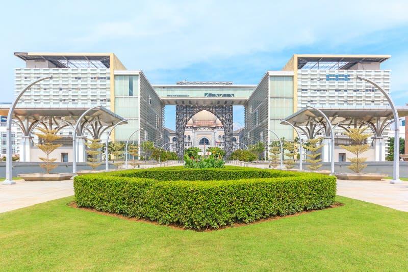 Panoramasikt av Masjiden Tuanku Mizan Zainal Abidin i Putrajaya, Malaysia royaltyfri fotografi