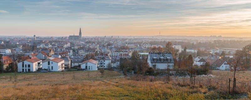 Panoramasikt av Regensburg på solnedgången i vinter arkivbilder