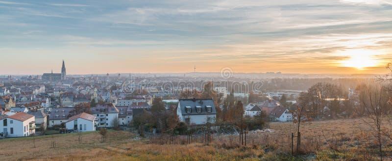 Panoramasikt av Regensburg på solnedgången i vinter royaltyfri bild