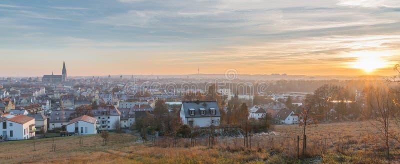 Panoramasikt av Regensburg på solnedgången i vinter fotografering för bildbyråer