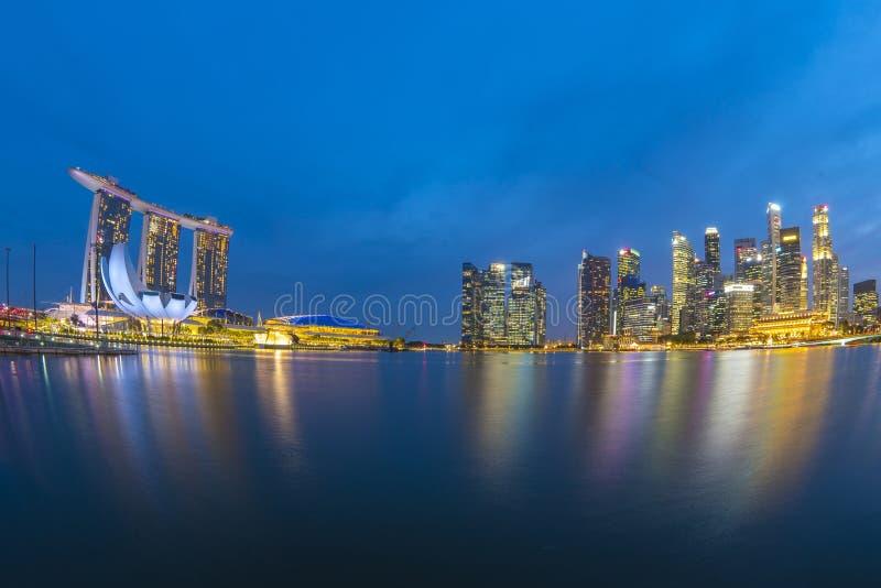 Panoramasikt av Singapore stadshorisont på natten i Singapore fotografering för bildbyråer