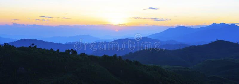Panoramasikt av solen som stiger över bergplatsbruk för naturligt royaltyfri bild