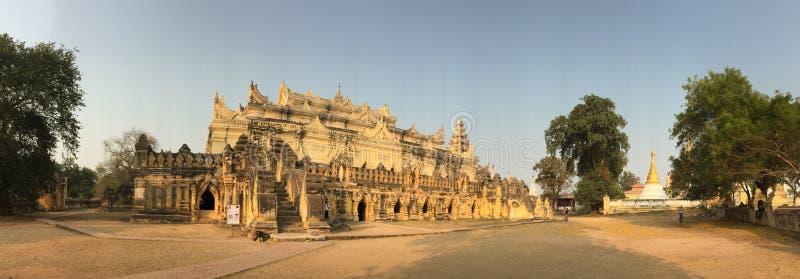 Panoramasikt av templet på den Innwa byn i Myanmar royaltyfria bilder
