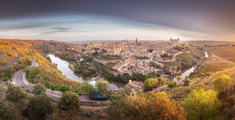 Panoramasikt av Toledo och Tagus River, Spanien arkivbild