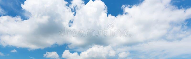 Panoramasikt av vit molnscape för härlig natur och bakgrund för blå himmel arkivbild