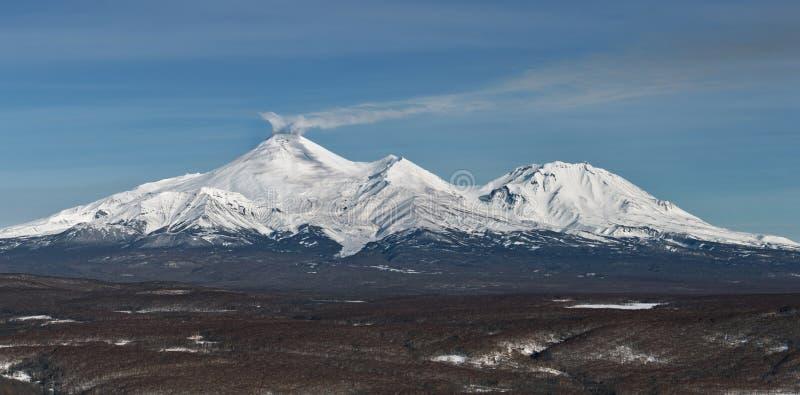 Panoramasikt av volcanoesna av Kamchatka: Avachinsky vulkan och Kozelsky vulkan royaltyfri fotografi