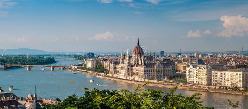 Panoramasikt från Buda på parlamentet med Danube River i Budapest royaltyfria bilder