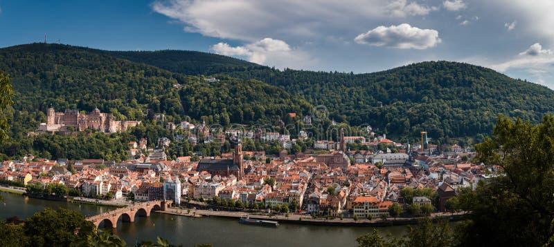 Panoramasikt från Philosophenwegen till den gamla staden av Heidelberg med slotten och den gamla bron, tysk arkivfoto