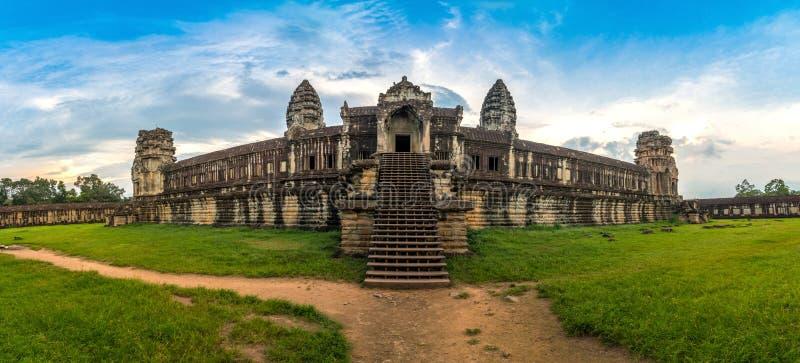 Panoramasikt inom ett Angkor Wat i en härlig klar himmeldag på Siem Reap, Cambodja royaltyfria bilder