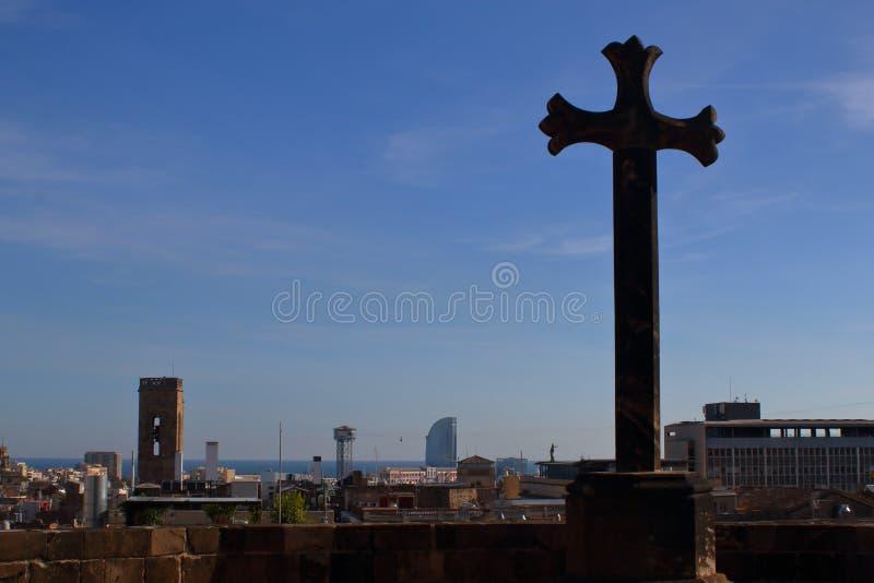 Panoramasikt med det heliga korset på taket av domkyrkan royaltyfria foton