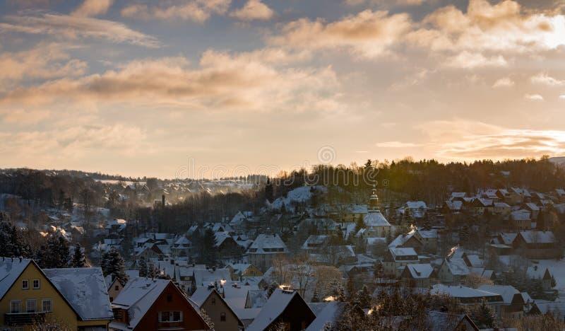 Panoramasikt Seiffen i vinter Berg för Sachsen Tysklandmalm på soluppgång royaltyfria bilder