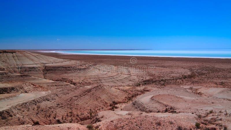 Panoramasikt till den salthaltiga Barsa Kelmes sjön och Ustyurt platå i Karakalpakstan, Uzbekistan royaltyfri fotografi