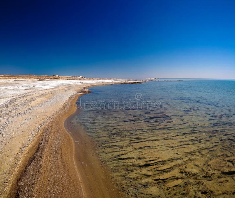 Panoramasikt till det Aral havet från kanten av platån Ustyurt nära Duana udde i Karakalpakstan, Uzbekistan arkivfoto