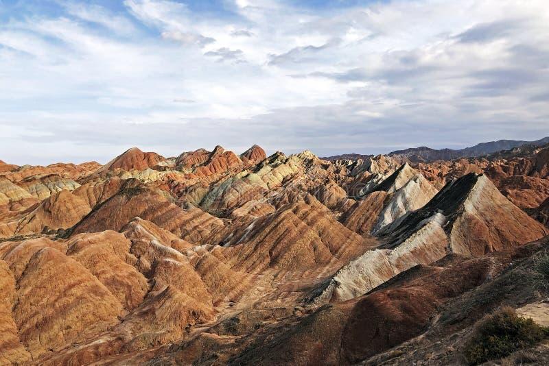 Panoramasikten av geologiska regnbågeberg parkerar Strimmig Zhangye Danxia Landform arkivfoto
