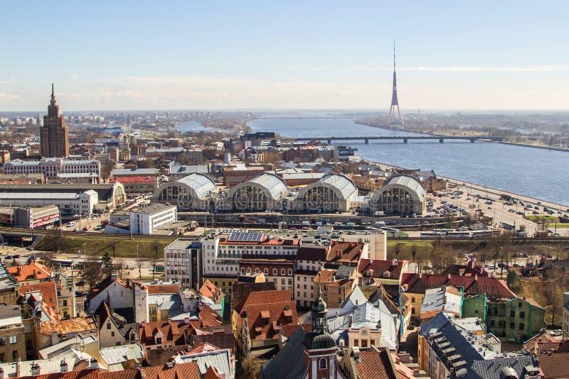 Panoramasikten av järnvägsstation- och stadsmarknaden av Riga, arkivfoton