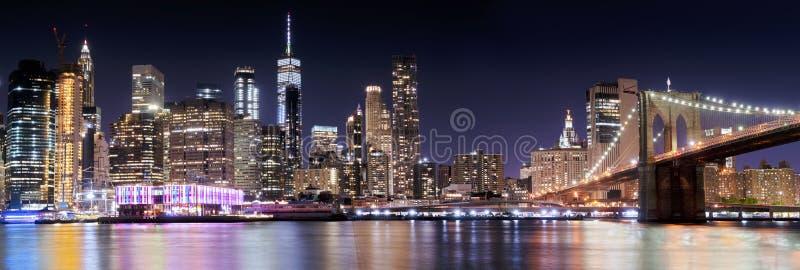 Panoramasikten av Manhattan från den Brooklyn bron parkerar, New York arkivbild