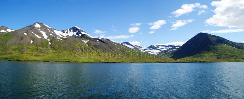 PanoramaSkagafjordur östlig kustlinje i nordliga Island med snöig berg i bakgrunden arkivfoton