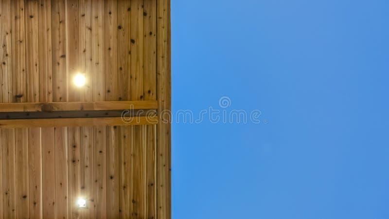 Panoramaslut upp sikten av undersidan av ett plant tak med blå himmel i bakgrunden fotografering för bildbyråer