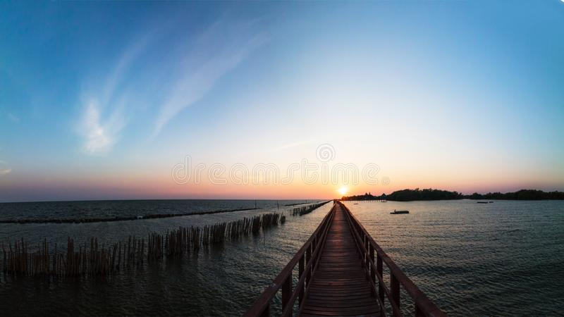 Panoramasolnedgångbro på havet arkivbilder