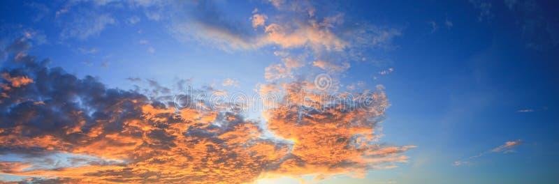 Panoramasolnedgånghimmel som är härlig i härlig bakgrund för skymningtid royaltyfri fotografi