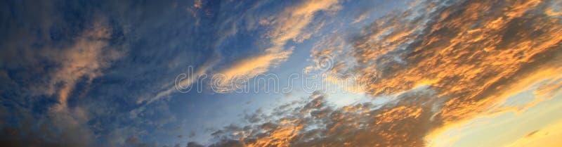 Panoramasolnedgånghimmel som är härlig i härlig bakgrund för skymningtid royaltyfria bilder