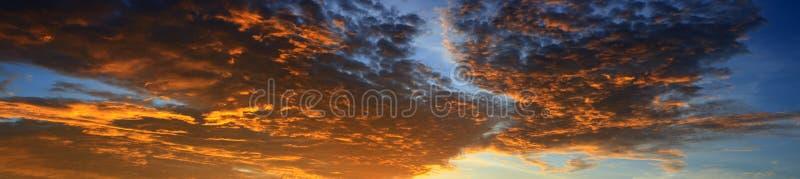 Panoramasolnedgånghimmel som är härlig i härlig bakgrund för skymningtid arkivbilder