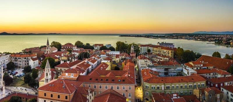 Panoramasonnenuntergang auf dem Meer in der alten Stadt Zadar kroatien stockbilder