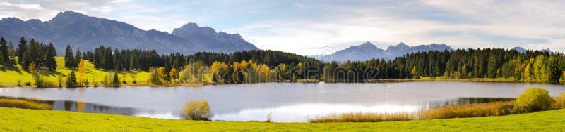 Panoramaszene im Bayern mit Alpenbergen und -see lizenzfreie stockbilder