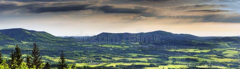 Panoramatic vårlandskap fotografering för bildbyråer