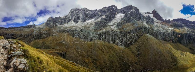 Panoramatic widok góry Cordillera Blanca w Peru zdjęcia stock