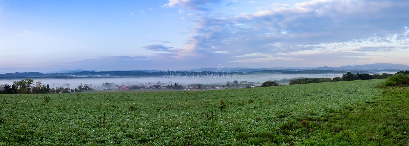 Panoramatic widok mała wioska w ranek mgle, Czeski landscap obrazy royalty free