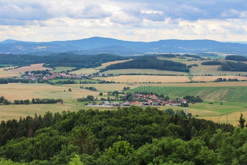 Panoramatic widok wioska Kojecin od kasztelu wierza Czecha lan fotografia royalty free