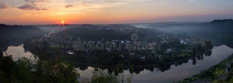 Panoramaticmening aan Vltava-meander, hoef in Tsjechische zonsopgang, royalty-vrije stock foto