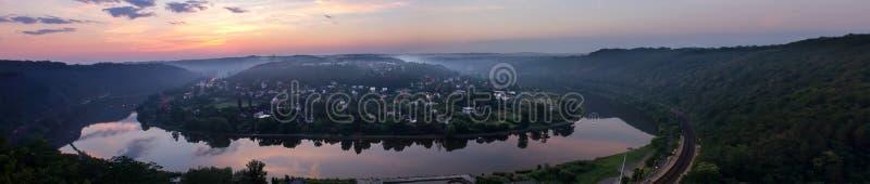 Panoramaticmening aan Vltava-meander, hoef in zonsopgang stock fotografie