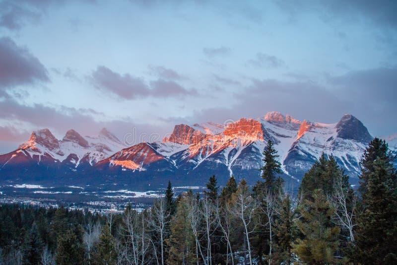 Panoramaticmening van bergketen boven stad van Canmore in Canada royalty-vrije stock fotografie