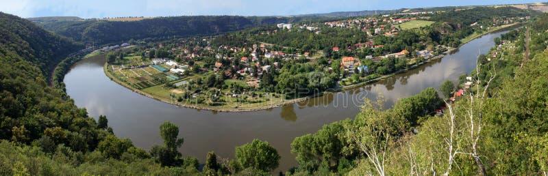 Panoramaticmening van heuvel Rivnac aan Vltava-meander stock afbeeldingen